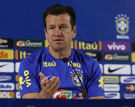 Dunga durante coletiva da seleção brasileira (Foto: André Mourão / MoWA Press)