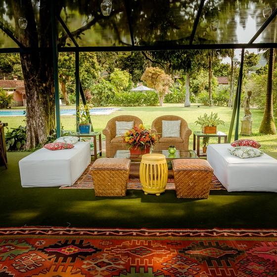 Com ares de sítio, a casa de festas é cercada por belos jardins  (Foto: Bruno Ryfer )
