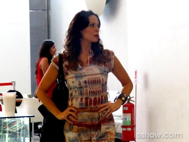 Vanessa Gerbelli chega ao shopping para gravação de cena (Foto: Em Família / TV Globo)
