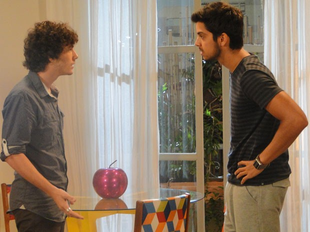 Boladaço, Dinho vai tirar satisfação com Bruno e manda universitário ficar longe da amiga (Foto: Malhação / Tv Globo)