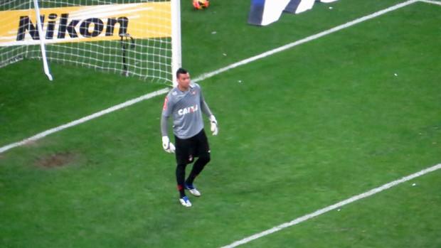Weverton, goleiro do Atlético-PR, contra o Grêmio (Foto: Fernando Freire)