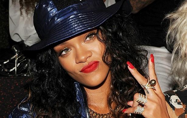 """Depois de a MTV tweetar sobre o fato de Rihanna ter consumido maconha no Festival de Coachella em abril de 2012 (""""Puxa, as fotos de @Rihanna com marijuana no Coachella estão gerando controvérsia""""), a popstar retrucou: """"@MTV, puxa... @rihanna não está mais sequer c**ando para vocês"""". (Foto: Getty Images)"""