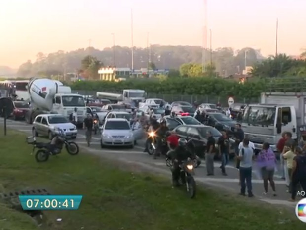 Manifestação da CUT contra o impeachment da presidente Dilma Rousseff fecha o km 15 da rodovia dos Imigrantes, na chegada a São Paulo (Foto: Reprodução/TVGlobo)