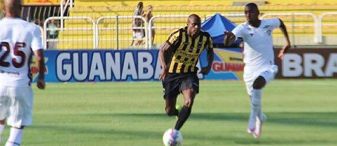 Vinicius Pacheco contra o Fluminense (Foto: Dalila Almeida)