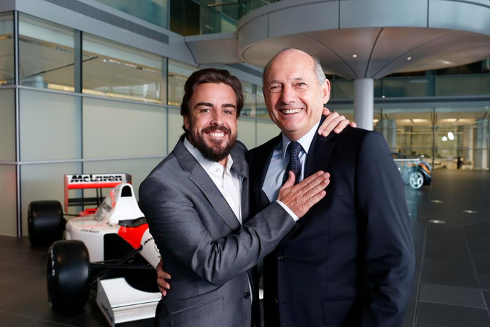Fernando Alonso abraça Ron Dennis sete anos após saída polêmica (Foto: Divulgação)