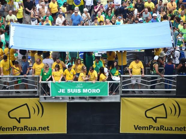 """MANIFESTAÇÃO/RIO (13H17): Manifestantes exibem cartaz com mensagem """"Je Suis Moro"""", em apoio ao juiz federal Sérgio Moro, que está à frente da Operação Lava Jato. (Foto: Rodrigo Gorosito / G1)"""