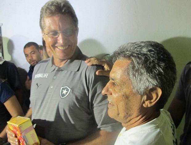 Oswaldo de Oliveira e torcedor Botafogo (Foto: Fabio Leme)