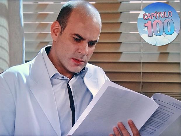 O médico fica chocado ao ler testamento verdadeiro guardado pela ex (Foto: TV Globo)