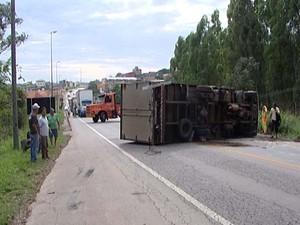 Acidente entre carro e caminhão em Divinópolis (Foto: Reprodução/TV Integração)