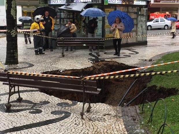 Cratera se abriu na Praça Carlos Gomes em Curitiba (Foto: Rodrigo Zanlorenzi)