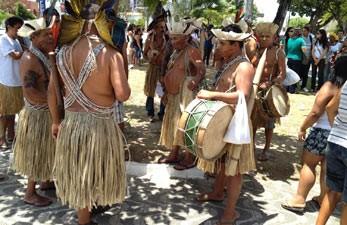 Cerca de 150 índios ocuparam as ruas do Centro de João Pessoa para protestar contra concurso público (Foto: Walter Paparazzo G1/PB)