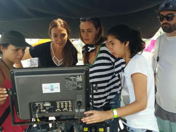 Ao lado da irm, Monica Martelli grava cenas da nova temporada no Arpoador (Foto: Renata Pinheiro/ GNT)