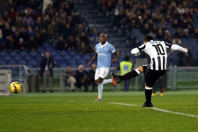 Tevez faz o segundo gol do Juventus sobre o Lazio (Foto: Giampiero Sposito / Reuters)