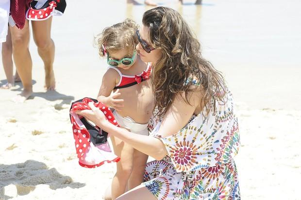 Lavínia Vlasak e filha na praia (Foto: FotoRioNews / William Oda)
