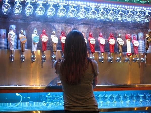 O taproom tem mais de 20 torneiras com cervejas diferentes
