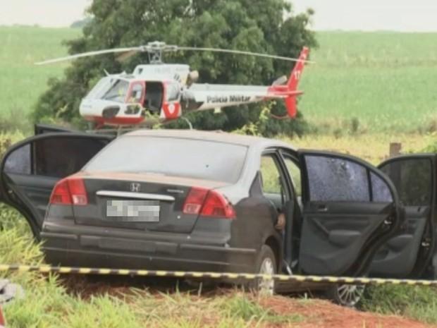 Carro abandonado durante tiroteio (Foto: Reprodução/TV TEM)