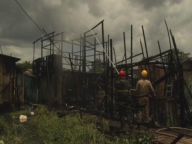 Incêndio destruiu completamente cinco casas e deixou outras três danificadas no bairro do Guajará, em Ananindeua. (Foto: Reprodução/TV Liberal)