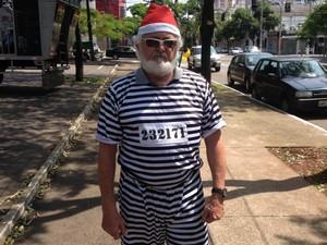 Manifestante foi de Papai Noel presidiário no protesto em Maringá (Foto: Sandro Ivanowski/ RPC)