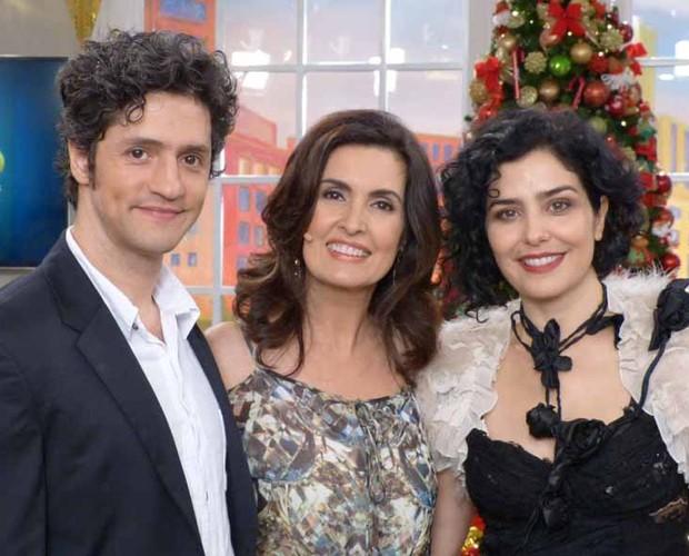 Fátima com Letícia Sabatella e o marido  (Foto: Encontro com Fátima Bernardes/ TV Globo)
