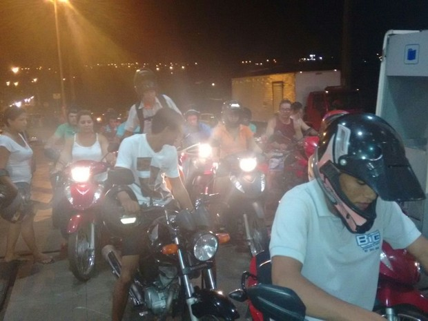 Motoristas têm medo de ficar sem combustível por causa do protesto dos caminhoneiros (Foto: Fabíola Sélis/ TV Anhanguera)