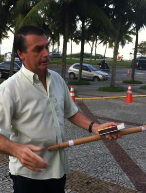 Deputado Jair Bolsonaro leva rojão a hotel da Itália no Rio (Foto: Vicente Seda)