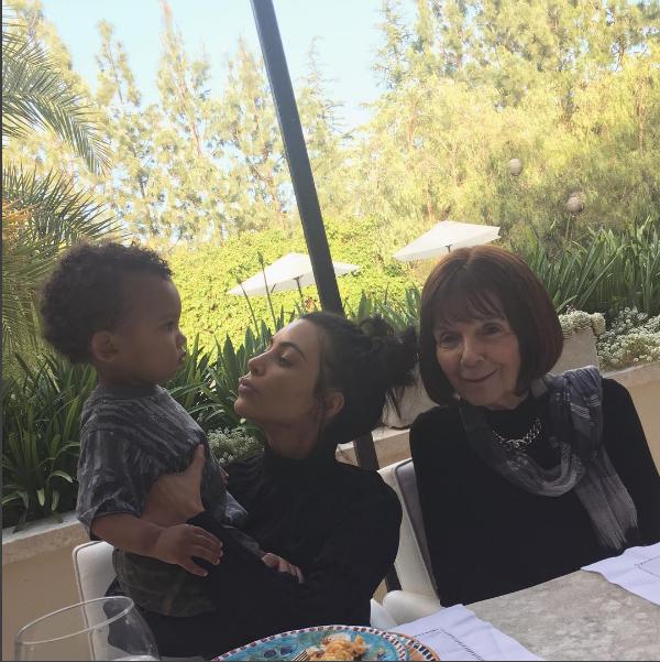 Kim Kardashian posa com o caçula Saint e avó materna (Foto: Reprodução/Instagram)