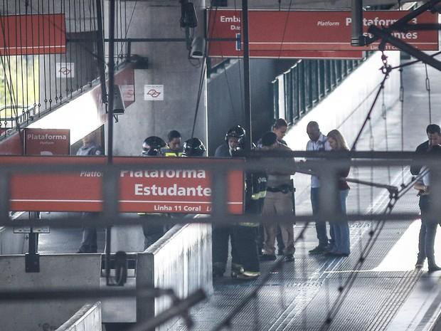 Bombeiros são vistos na estação de Guaianases da CPTM, na zona leste de São Paulo, após suspeita de bomba no local (Foto: Ale Vianna/Eleven/Estadão Conteúdo)