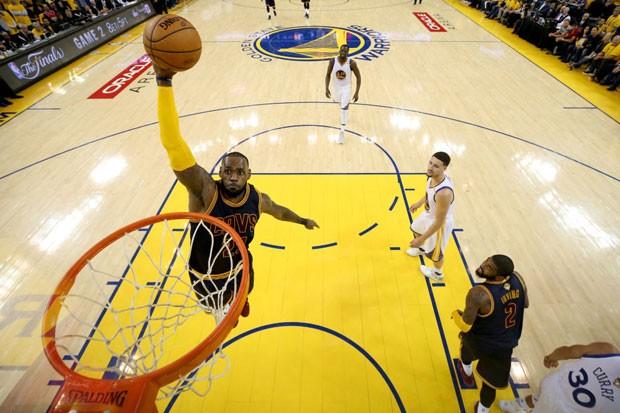 LeBron James durante jogo 2 das finais da NBA (Foto: Ezra Shaw/Getty Images)