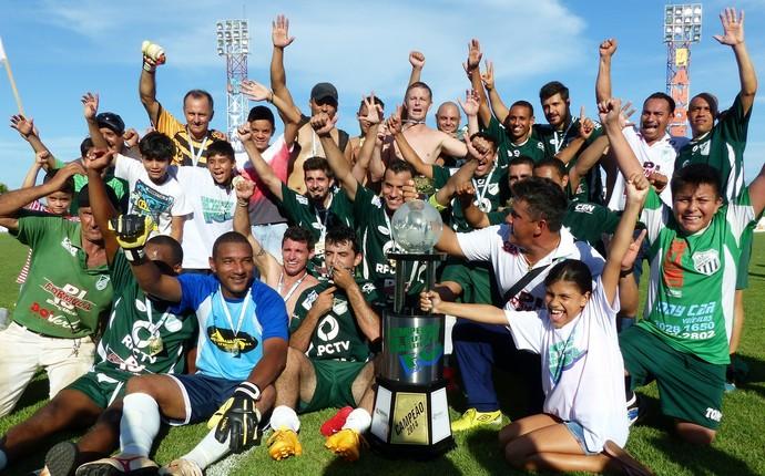 Jardim São Paulo comemora título pela quinta vez na Primeira Divisão do Campeonato de Futebol Amador de Foz do Iguaçu (Foto: Liz Faleiro / RPC)