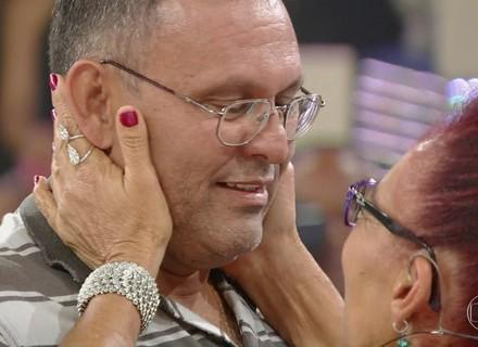 Filho revê a mãe após 46 anos no 'Encontrar Alguém' do 'Caldeirão'