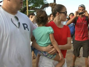 Jennifer Lopez saiu do restaurante com a filha nos braços (Foto: TV Verdes Mares/Reprodução)
