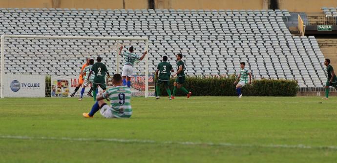 Manoel atacante do Altos sofre falta e jogo segue com gol de Gênesis (Foto: Joana D'arc Cardoso)