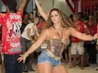 De shortinho jeans, Viviane Araújo exibe pernas na quadra do Salgueiro
