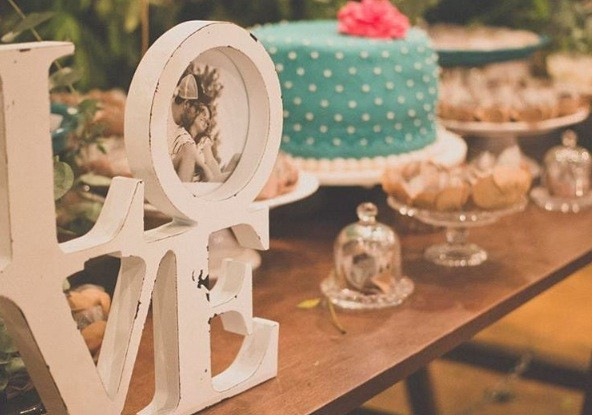 Aposte em cake stands de diferentes tamanhos, cores e alturas (Foto: @mailyrocha)