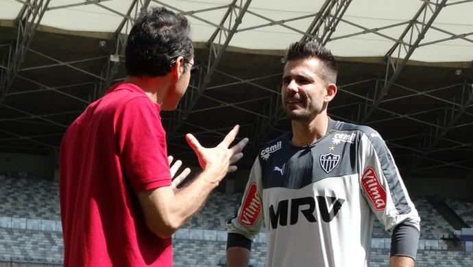 Goleiro ouve atento as dicas do professor da UFMG (Foto: Tayrane Corrêa)