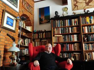 Luis Fernando Verissimo na poltrona que pertencia ao pai, Erico. Escritório do autor foi mantido intacto pela família (Foto: Fernando Gomes/Agência RBS)