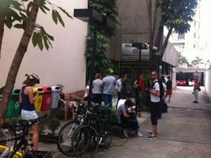 Ciclistas se reúnem em frente a delegacia nos Jardins (Foto: Lívia Machado/G1)