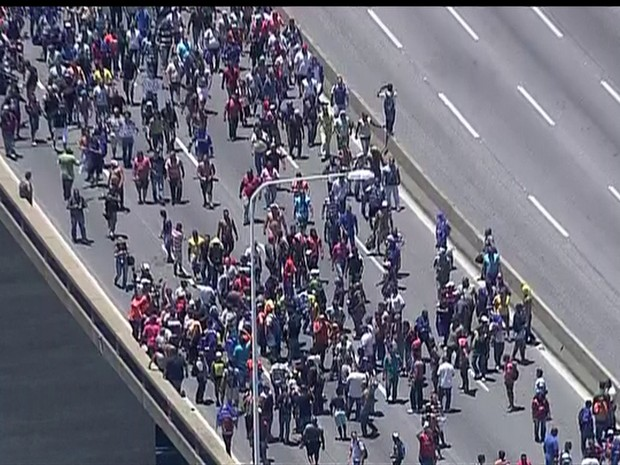 Ponte Rio-Niterói em protesto (Foto: Reprodução/TV Globo)