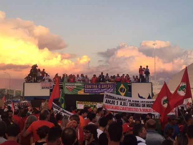 Grupo protesta sob luz do pôr do sol (Foto: Alexandre Bastos/G1)