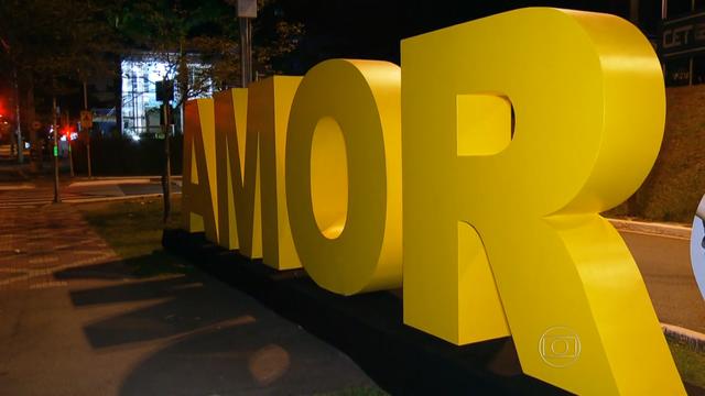 Palavras gigantes espalhadas pela cidade de São Paulo (Foto: Reprodução/TV Globo)