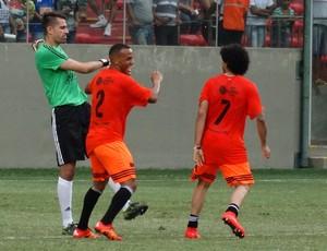 Luan e Patric comemoram gol marcado em Victor (Foto: Rafael Araújo)