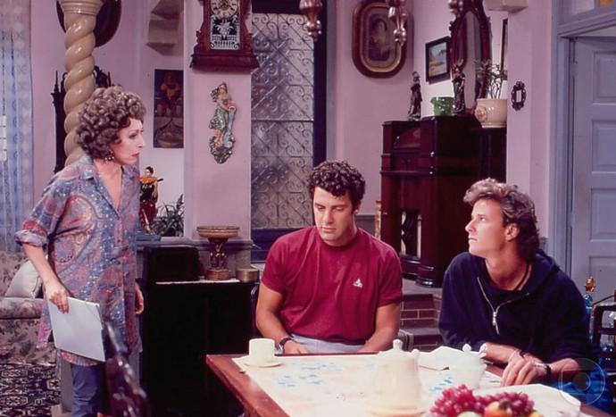 Cena de 'Rainha da Sucata' com Aracy como Dona Armênia, mãe de Gérson (Gerson Brenner) e Gera (Marcello Novaes) (Foto: Cedoc / TV Globo)