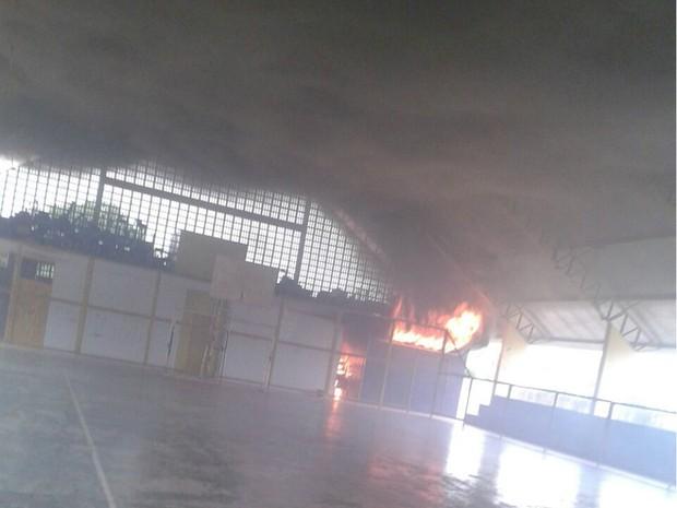 Incêndio atingiu sala dentro de ginásio (Foto: Divulgação)