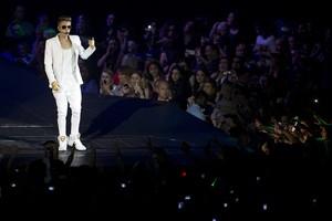 Justin Bieber faz show na arena O2, em Londres (Foto: AFP)