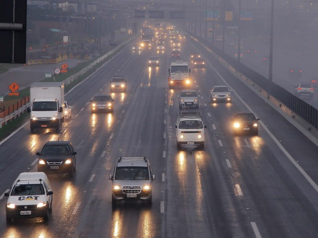 Carros são vistos na BR-290, na região metropolitana de Porto Alegre. A partir da última sexta-feira (8) passou a ser obrigatório trafegar com o farol baixo ligado nas rodovias federais durante todo o dia (Foto: Everton Silveira/Agência Freelancer/Estadão Conteúdo)