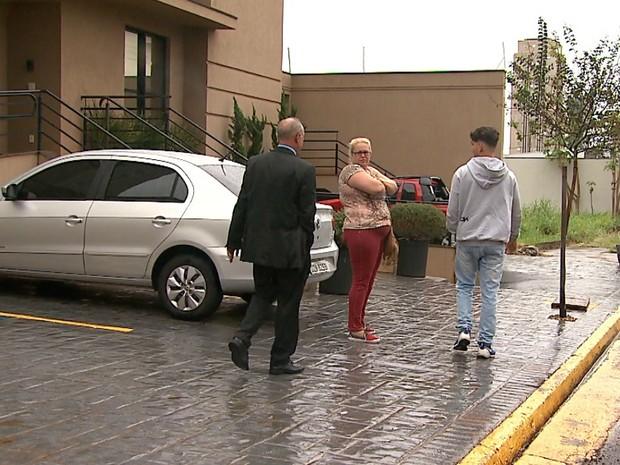 Estudante prestou depoimento à Polícia Federal acompanhado da mãe e do advogado (Foto: Reprodução/EPTV)