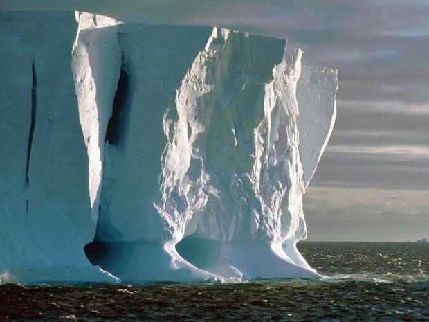 Formação de icebergs gigantes é um processo típico das plataformas de gelo na Antártica.  (Foto: Ralph Timmermann/Alfred Wegener Institute)