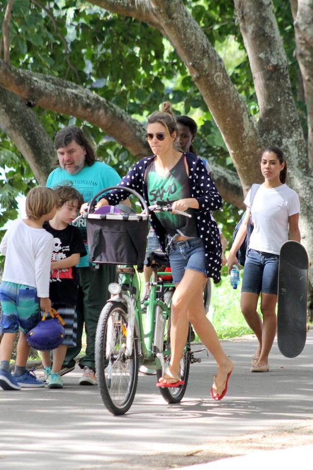 Fernanda Lima Passeia com os Filhos na lagoa Rodrigo de Freitas (Foto: Julio Cesar / AGN)