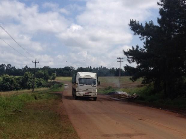Após dois dias de bloqueio, trecho da PR-484, em Quedas do Iguaçu, foi liberado pelos funcionários da Araupel (Foto: Adriana Loduvichak / RPC)