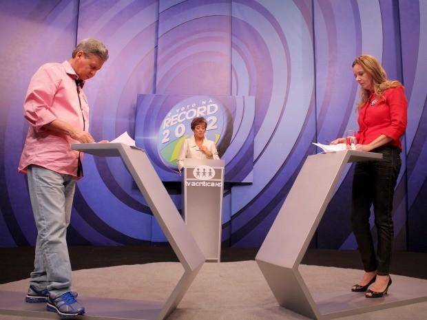 Este foi o segundo encontro entre Artur Neto (PSDB) e Vanessa Grazziotin (PC do B) em debates na televisão neste segundo turno (Foto: Mônica Dias/G1)